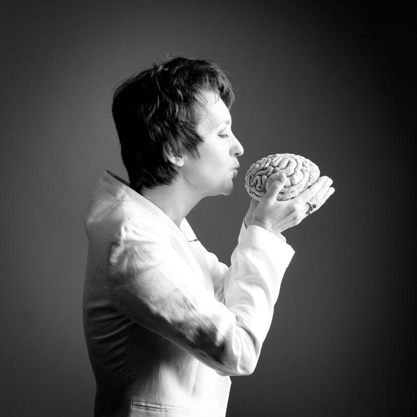 Porträt Heide Liebmann, ein Gehirn küssend