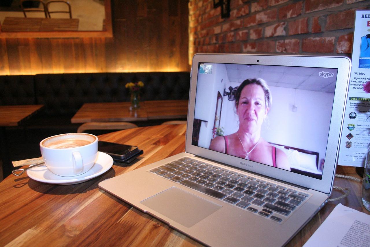 Aufgeklappter Laptop mit Live-Video auf dem Bildschirm