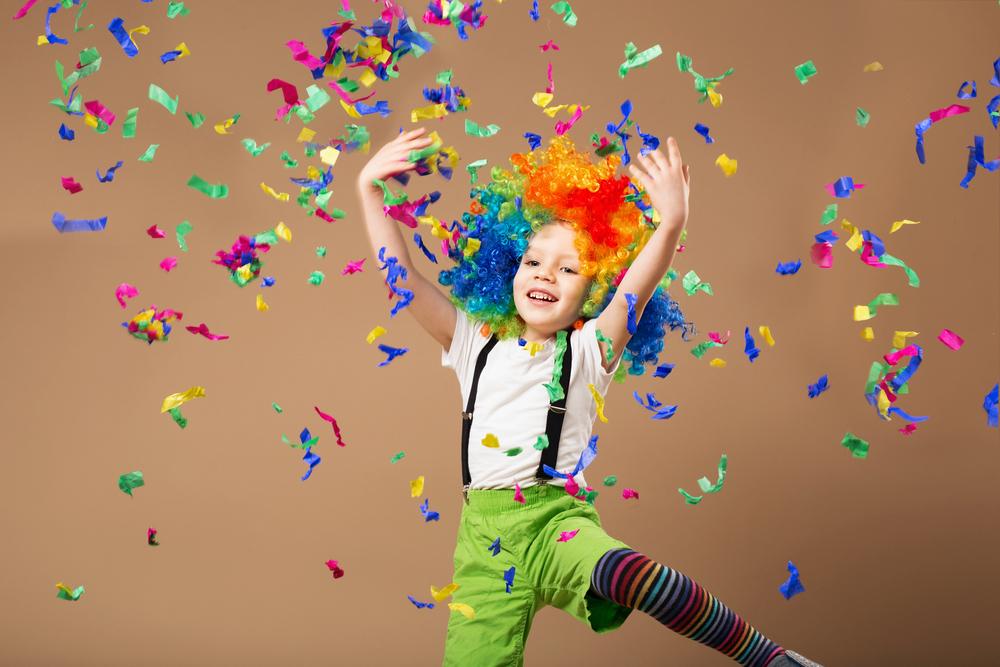 Junge mit Clownsperücke