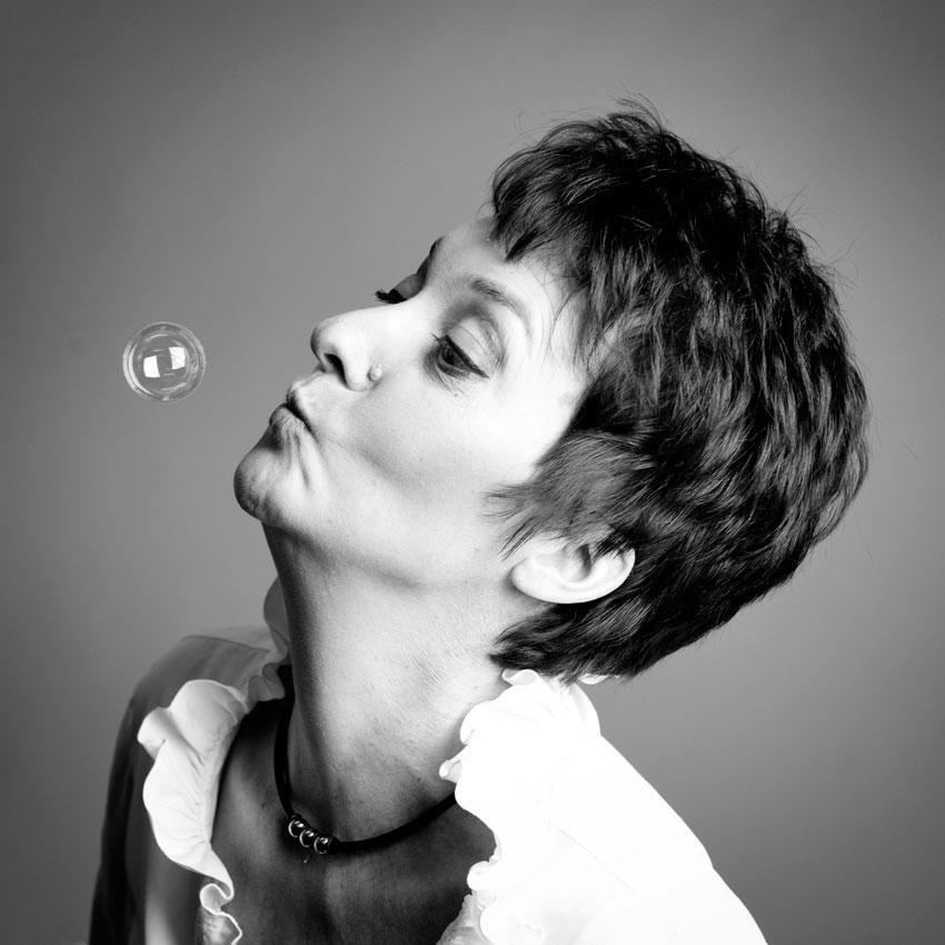 Porträt Heide Liebmann mit Seifenblase