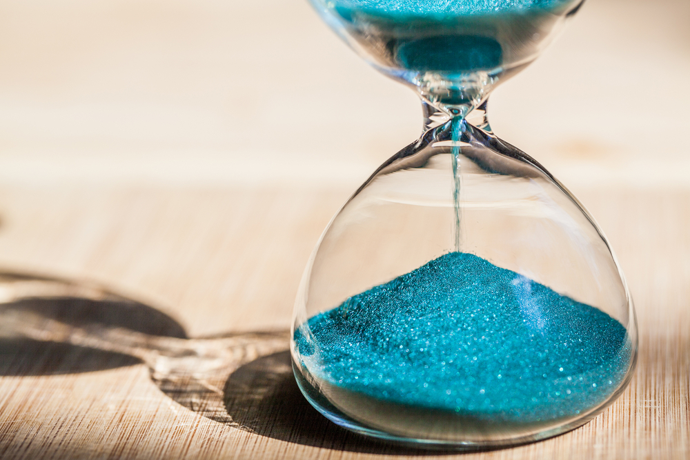 Sanduhr mit blauem Sand