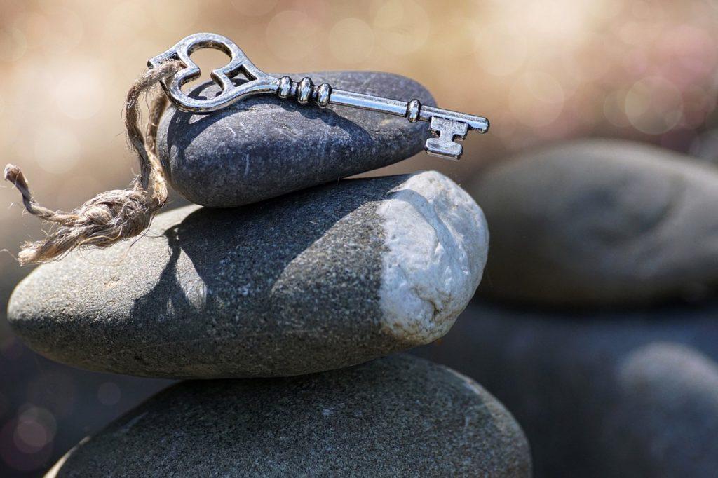Schlüssel auf Steinen