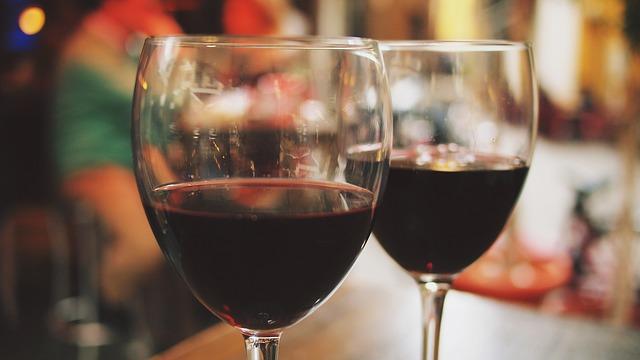 2 Weingläser auf Holztisch im Restaurant