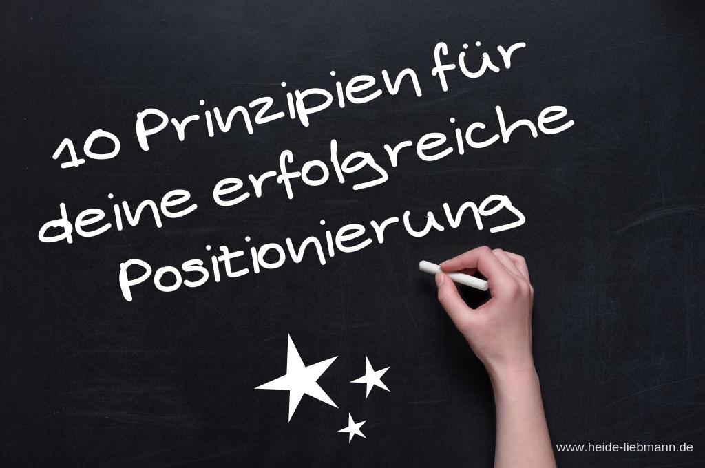 Schrift auf Tafel: 10 Prinzipien für deine erfolgreiche Positionierung
