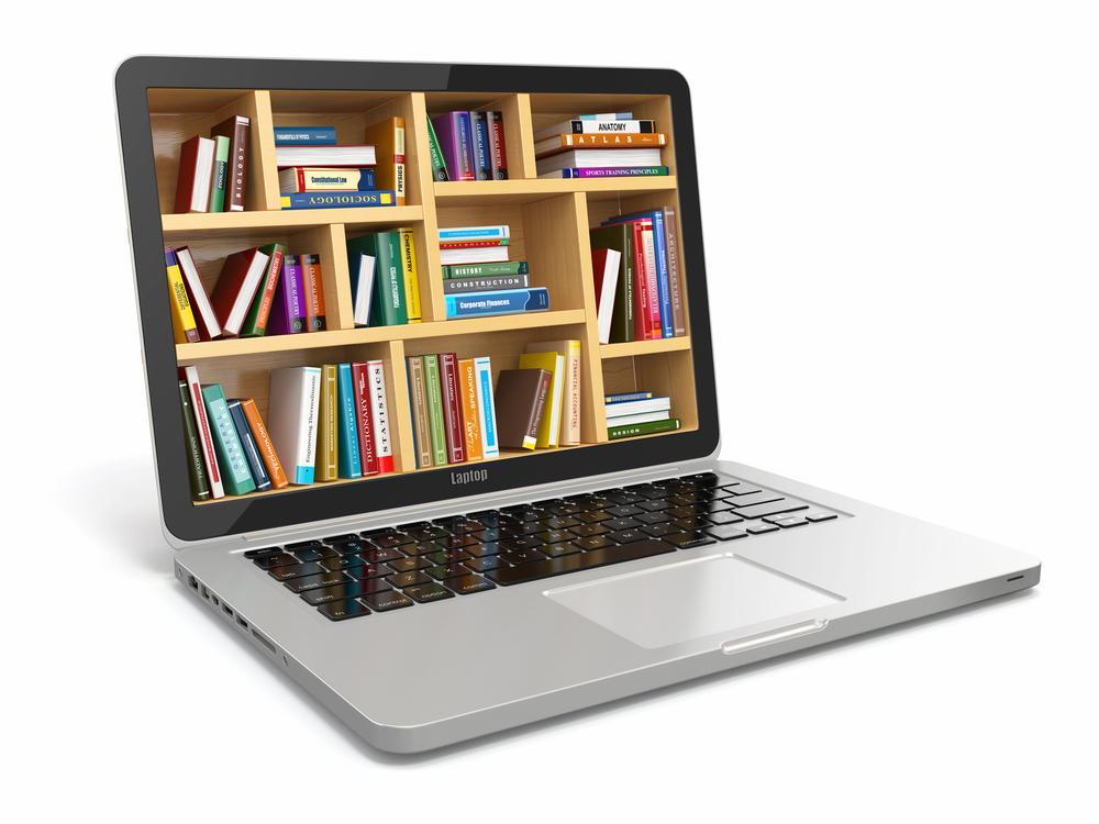 Laptop mit Bücherregal im Bildschirm