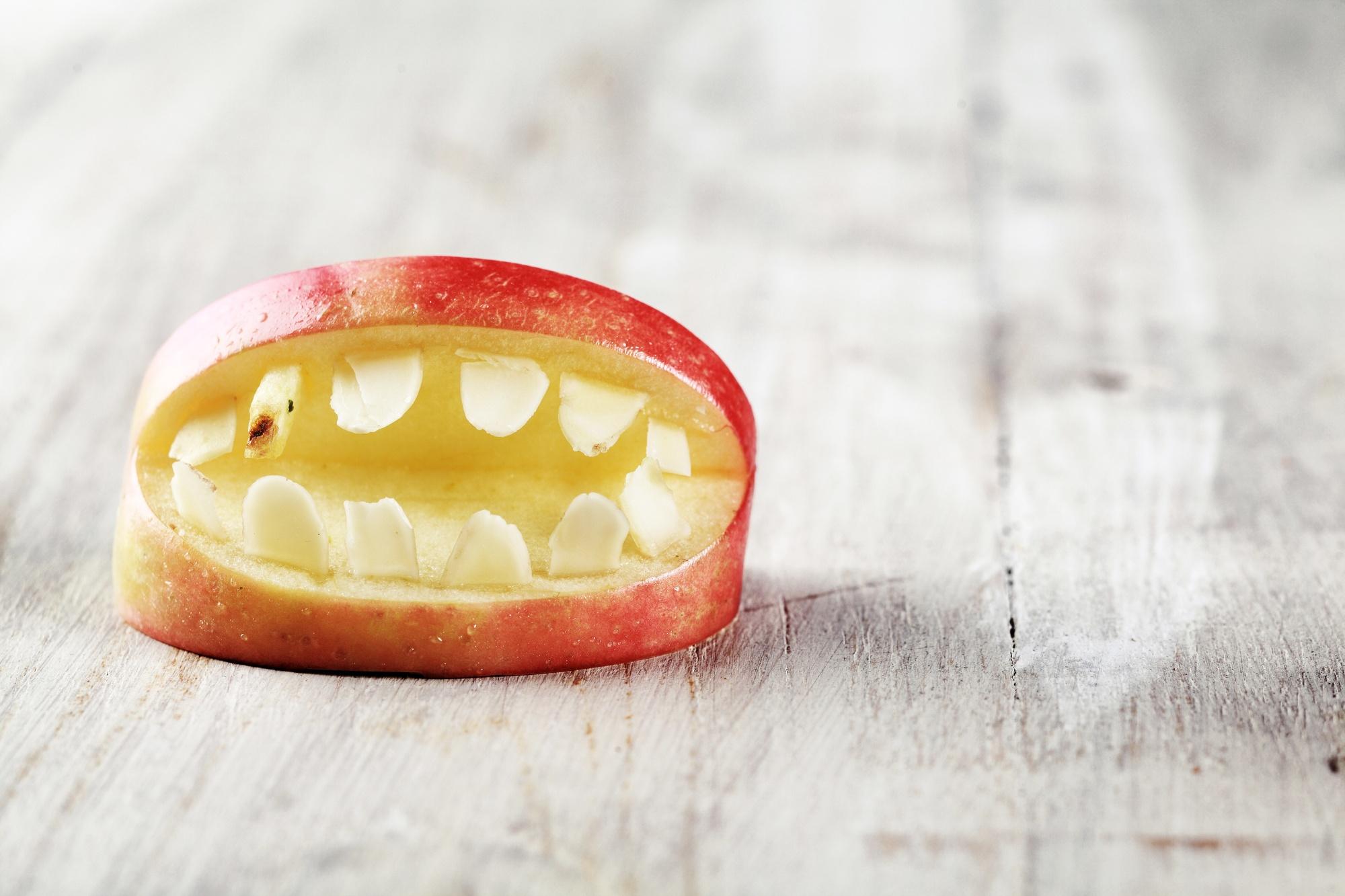 Gebiss aus einem Apfelschnitz
